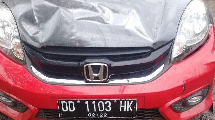 Kondisi mobil Honda Brio merah milik ASR (20) yang diamuk massa pengendara motor pekan lalu, mengalami kerusakan yang cukup parah.