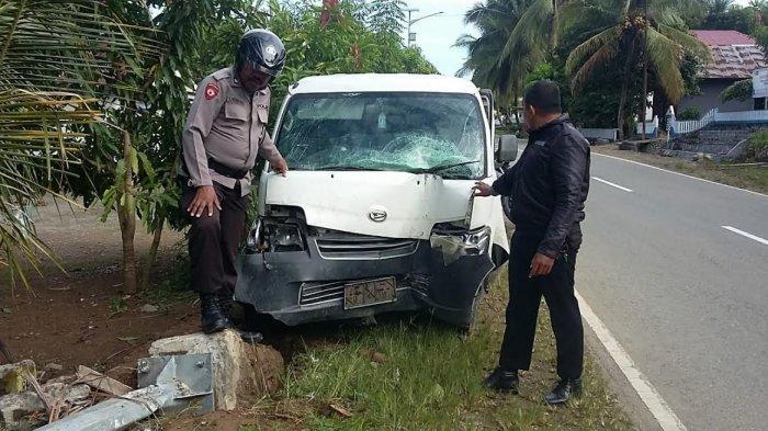 Hilang Kendali, Pick Up Grand Max Tabrak Tiang Listrik di Karossa Mamuju Tengah