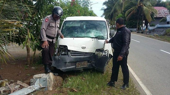 Hilang Kendali, Pick Up Grand Max Tabrak Tiang Lampu Jalan di Karossa Mamuju Tengah