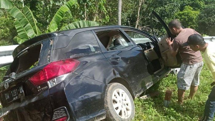 Mobil Tabrak Pembatas Jalan di Poros Bone-Makassar, Sopir dan Penumpang Selamat
