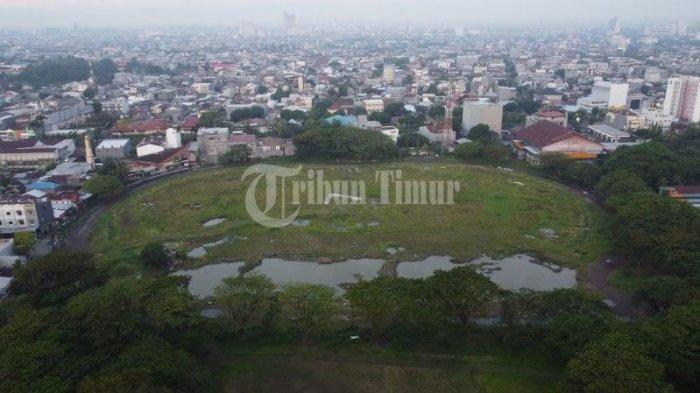 Kondisi Stadion Andi Mattalatta atau lebih dikenal Stadion Mattoanging terekam menggunakan kamera drone Tribun Timur yang terletak di Jl Cendrawsih, Makassar, Rabu (25/8/2021). Tampak rumput liar memenuhi stadion ini dan bekas galian tribun menjadi kubangan.