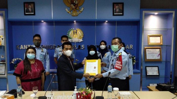 Peduli dengan 2 Warganya di Rudenim Makassar, Konjen Filipina Serahkan Dokumen Perjalanan Pemulangan