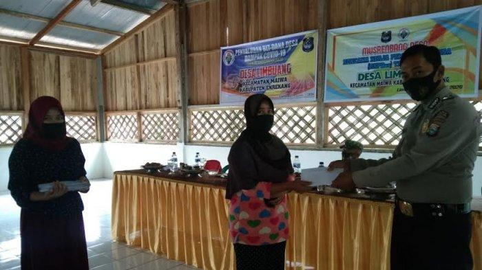 Personel Polsek Maiwa Enrekang Awasi Penyaluran BLT DD di Desa Limbuang