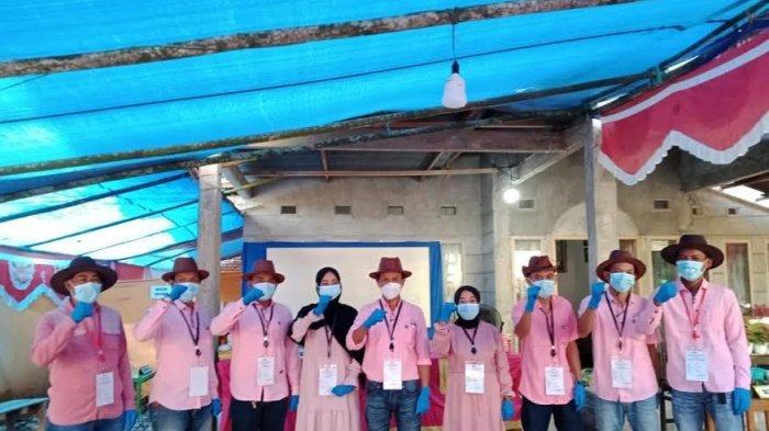 Kelompok Penyelenggara Pemungutan Suara (KPPS), 002 Kampung Baru, Desa Lembanna, Kecamatan Kajang, mengenakan pakaian bak seorang koboy.