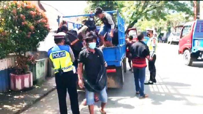Langgar Prokes, Penumpang Mobil Truk di Makale Tana Toraja Diturunkan Polisi
