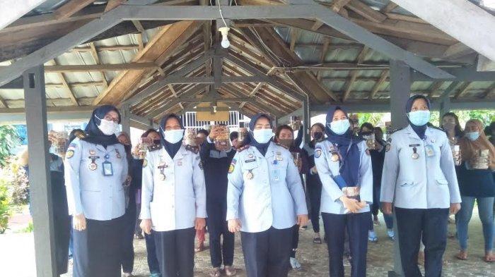 Jelang Idulfitri, Pegawai Lapas Perempuan Sungguminasa Gowa Bagikan Kue Lebaran ke Warga Binaan