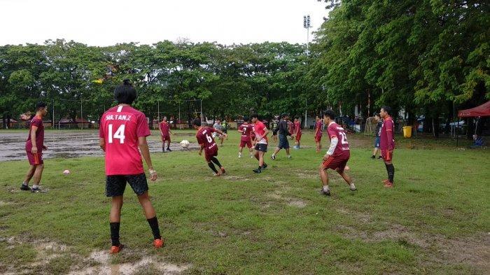 Latihan tim sepak bola sulsel di lapangan karebosi