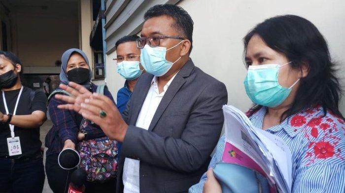 Laura Aprilya (kanan) didampingi kuasa hukumnya Rinto Maha di Polda Metro Jaya, Jakarta, Kamis (26/8/2021).