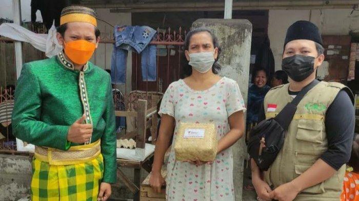 Pakai Baju Adat, NU Bagi Kurban ke Warga 15 Kecamatan Makassar