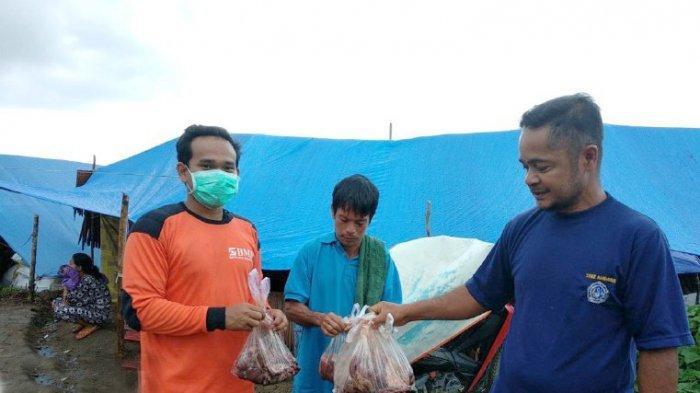 Laznas BMH Bagikan Daging Kurban dan Coto ke Pengungsi Masamba