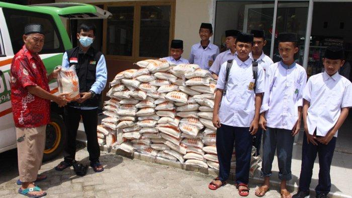 Laznas BMH Salurkan 800 Kilogram Beras untuk Penghafal Alquran