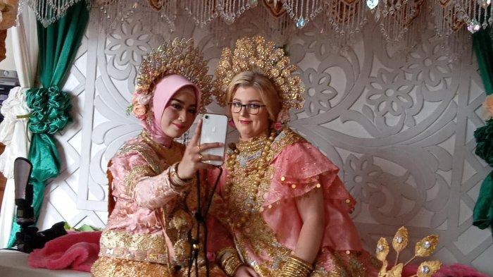 Dinikahi Pemuda Maros, Bule Cantik Asal Jerman Ini Jadi Rebutan Foto Tamu