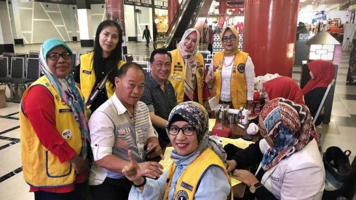 FOTO-FOTO: Lions Club Makassar Satu dan Tribun Timur Ajak Pengunjung MTC Donor Darah - lions-club-makassar-1.jpg