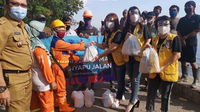 HUT ke-11, Lions Club Makassar Mammiri Berbagi Sembako dengan Pejuang Kebersihan