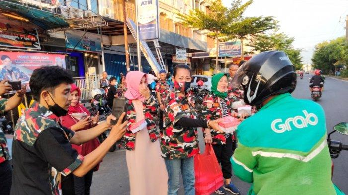 LMP Mada Sulsel Bagi-bagi Takjil ke Pengendara di Jl Pengayoman Makassar