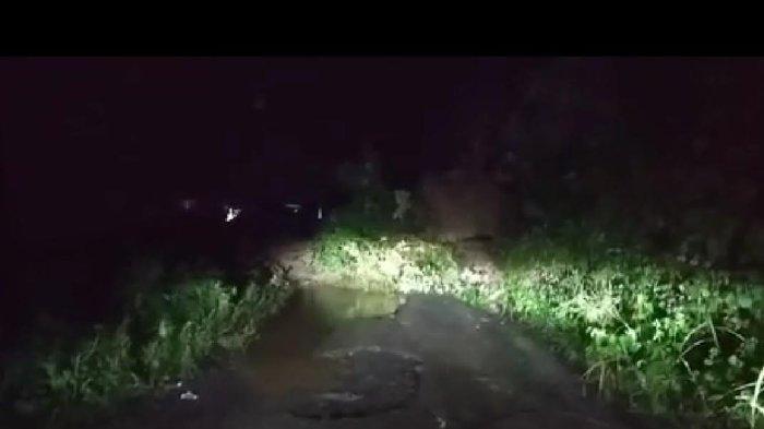 Longsor Tutupi Badan Jalan di Desa Sangtandung Luwu