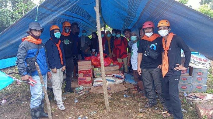 Relawan Mabes Kokam Benahi Tenda Pengungsian di Desa Kayu Angin Majene