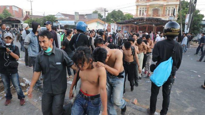 Puluhan Mahasiswa Diamankan Saat Aksi Unjuk Rasa di Gedung DPRD Sulsel