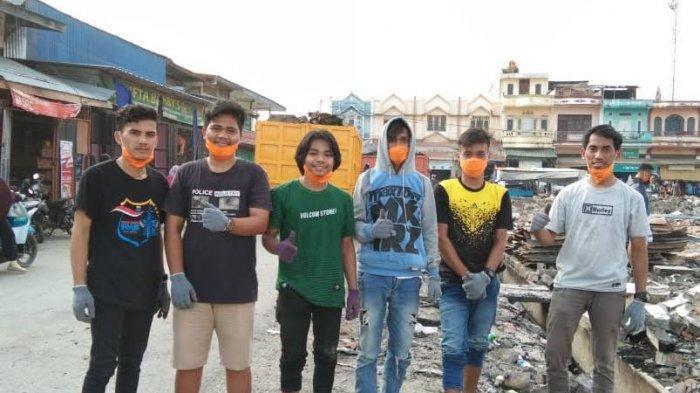 Pasca Terbakar, Aliansi Mahasiswa Majene Bantu Bersihkan Pasar Topoyo Mateng