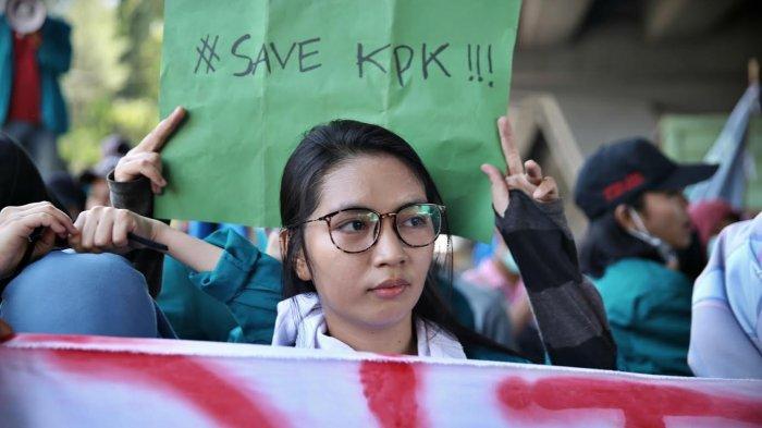 FOTO: Aksi Gelar Poster Mahasiswa Makassar Tolak Revisi UU KPK - mahasiswa-membawa-poster2.jpg