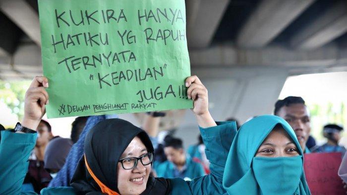 FOTO: Aksi Gelar Poster Mahasiswa Makassar Tolak Revisi UU KPK - mahasiswa-membawa-posterr.jpg
