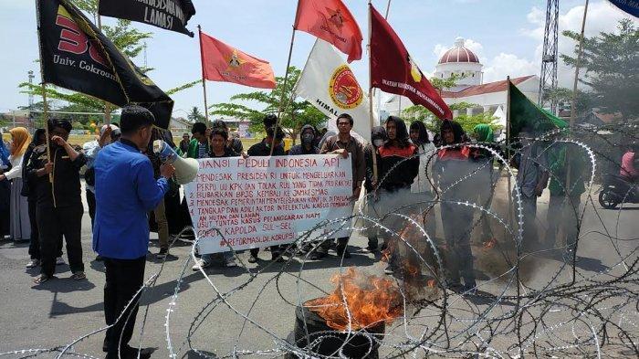 Demo di Depan Kantor DPRD Palopo, Mahasiswa Tuntut Bubarkan BPJS, Hingga Copot Kapolda Sulsel