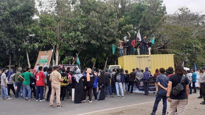 Unjuk Rasa Tolak UU Omnibus Law, Mahasiswa di Jeneponto Tutup Jalan Lanto Dg Pasewang