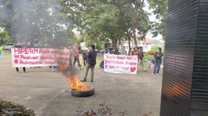 Tuntut Pembangunan Sekretariat Hipermawa, Mahasiswa Wajo Bakar Ban di Kantor Bupati