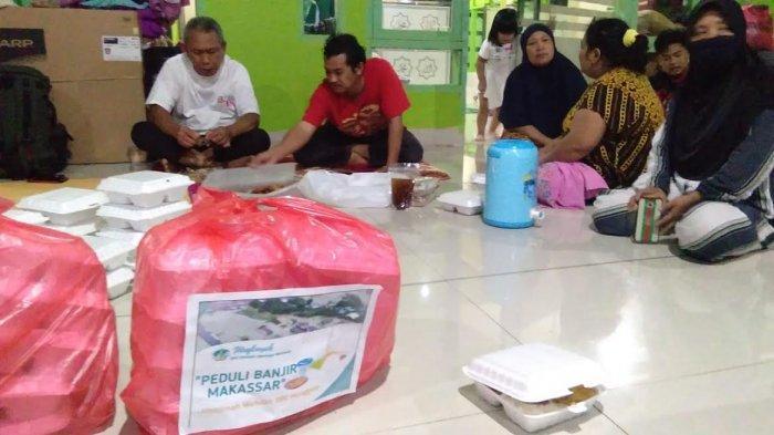 Muslimah Wahdah Sumbang Makan Malam Pengungsi Banjir Antang