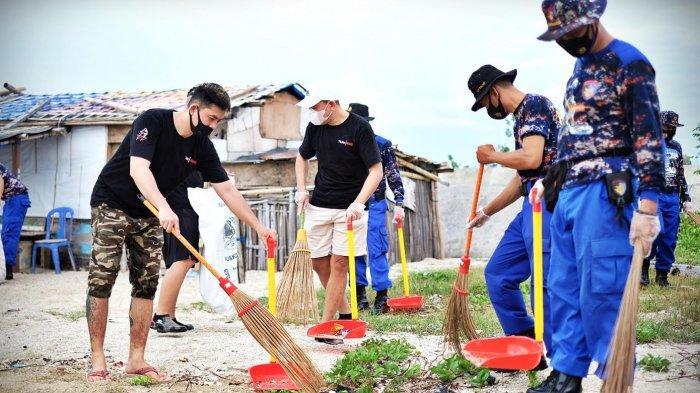 Makassar Cycling Club (MCC) ikut berpartisipasi dalam rangkaian kegiatan HUT ke-70 Polairud melalui bersih-bersih pantai untuk menjaga kelestarian pantai seluruh indonesia, Kamis (19/11/2020). Kegiatan kali ini mengusung tema Dengan Kebersamaan Mari Kita Ciptakan Lingkungan Sehat Melalui Kegiatan Bersih-bersih Pantai/pesisir dan Laut. tribun timur/muhammad abdiwan