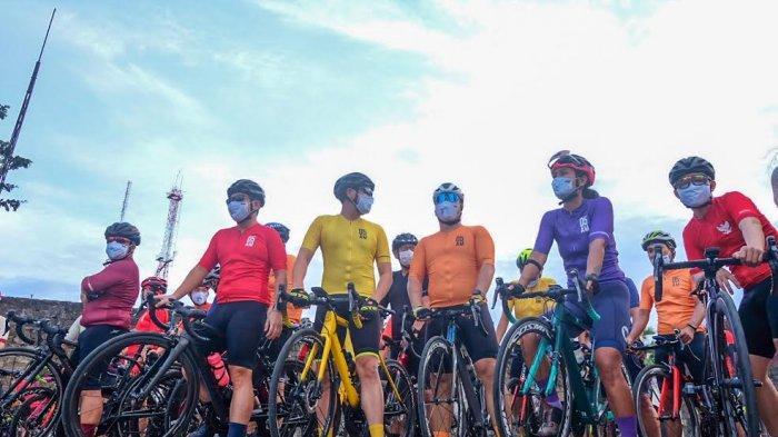 Komunitas Makassar Cycling Club mengenakan Jersey terbaru sekaligus gowes launching dari aparel olah raga asal Surabaya yaitu SUB05.AM, Sabtu (21112020). Jersey yang serentak dilakukan di 3 kota yaitu Makassar, Yogyakarta dan Jakarta.Melengkapi jersey sebelumnya kini jersey terbaru muncul dengan Warna Merah Maroon, Ungu dan Hijau Neon. Tribun timurMuhammad Abdiwan