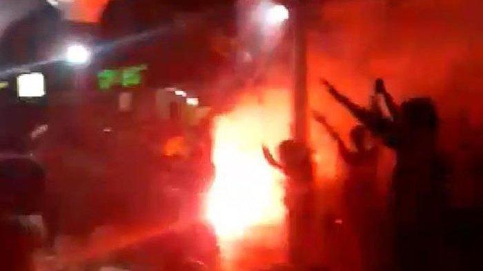 VIDEO: Miris, Fans Machester United dan Liverpool Saling Serang di Tangerang, Ada Kobaran Api