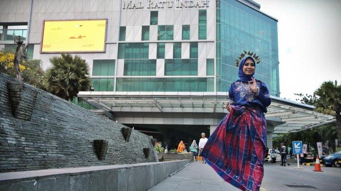 Costumer Servis Mall Ratu Indah berpakaian baju bodo saat diabadikan Minggu (15/10).