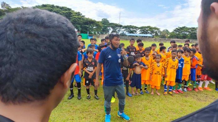 Mantan Pemain PSM Latih Ratusan Pebola Usia Dini se-Tana Luwu di GOR Palopo
