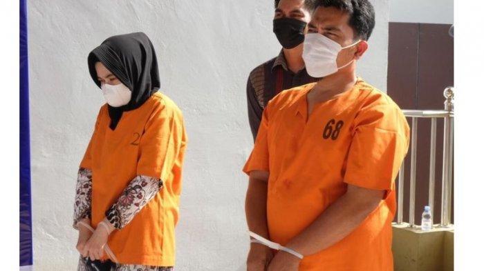 NH (kiri) dan AS, mantan teller Bank Riau-Kepri Cabang Rohul yang mencuri uang tabungan tiga orang nasabah, saat dihadirkan dalam konferensi pers di Mapolda Riau di Jalan Pattimura, Kota Pekanbaru, Riau, Selasa (30/3/2021).