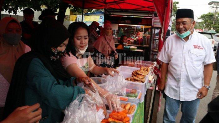 Mantan Wali Kota Makassar, Ilham Arief Sirajuddin (IAS), membeli penganan berbuka puasa di Pasar Takjil Jl Mappanyukki, Makassar, Rabu (14/4/2021) sore.