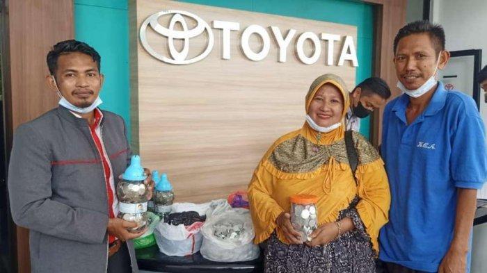 Lima Tahun Menabung, IRT Asal Bulukumba Beli Mobil Seharga Rp250 Juta dari Uang Receh