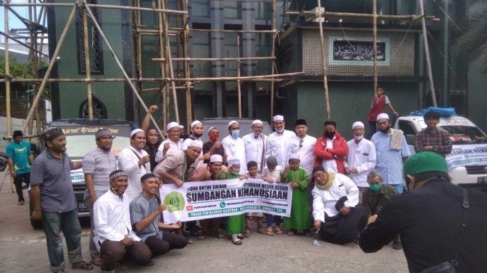 Syubban Masjid Assaid Makassar foto bersama saat pelepasan bantuan untuk korban gempa Sulbar di halaman Masjid Assaid Makassar di Jl Lombok, Ende, Kecamatan Wajo, Makassar, Jumat (22/1/2021).