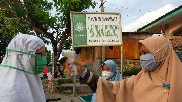 Jamaah Masjid Muhammadiyah Majene Terapkan Protokol Kesehatan Ketat Saat Salat Idulfitri