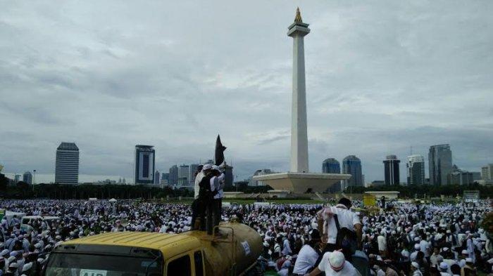 Massa aksi 212 di sekitar Monumen Nasional (Monas), Jakarta, Jumat (2/12/2016).