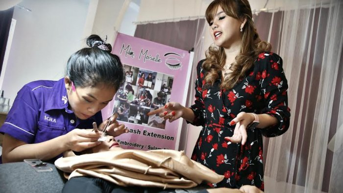 Owner Mdm Moiselle, Kezia Maureen, memperlihatkan metode Eyelash Extension usai grand opening studio kecantikan, Rabu (14/3/2018).