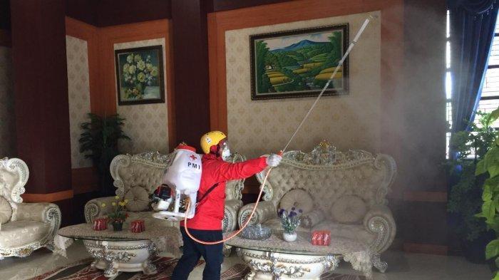 PMI Sulbar Lakukan Penyemprotan Disinfektan di Kantor Pemerintah dan Rujab