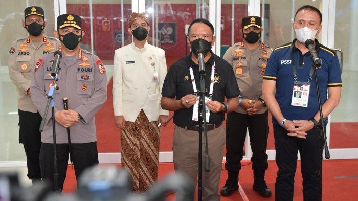 Menpora Zainuddin Amali  didampingi Ketua PSSI Iwan Bule dan Wali Kota Solo Gibran Rakabuming saat memberi keterangan pers