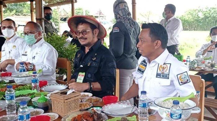 Menteri Pertanian Syahrul Yasin Limpo saat menikmati hidangan Bebek Palekko Goreng di Tepi Sawah, Jalan Poros Amparita, Kecamatan Maritengngae, Kabupaten Sidrap, Sabtu, (05/06/2021)
