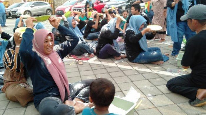 Keluarga besar Minasa Baji (MB) turut memperingati Hari Ulang Tahun (HUT) ke-76 Republik Indonesia di Pantai Saung Beba, Desa Tamasaju, Kecamatan Galesong Utara, Kabupaten Takalar, Sulawesi Selatan, Selasa (17/8/2021).