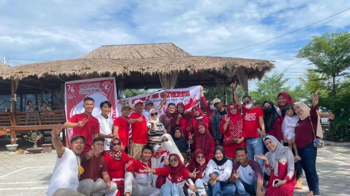 Serunya Peringatan HUT ke-76 RI ala MB Family di Pantai Saung Beba