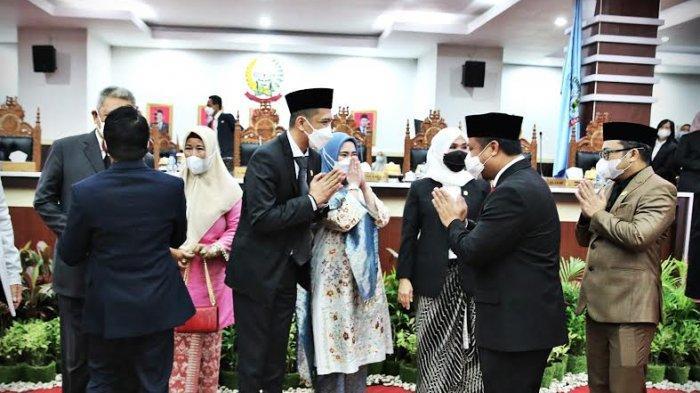 Mantan ketua KNPI Sulsel, Mizar Roem resmi dilantik menjadi anggota DPRD Sulsel di lantai 3 gedung DPRD Sulsel, Jalan Urip Sumoharjo, Makassar, Rabu (6/1/2021).Mizar Roem merupakan Pengganti Antar Waktu (PAW) Arum Spink dari fraksi NasDem di DPRD Sulsel.