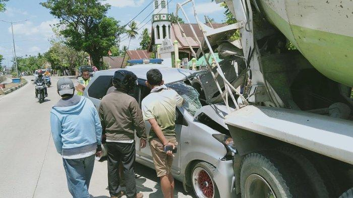 mobil-avanza-menabrak-truk-molen-terparkir-di-badan-jalan-di-desa-garessi.jpg