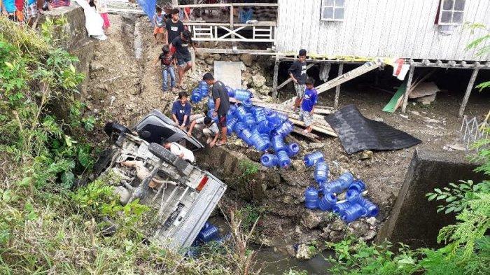 Mobil Pengantar Galon Terjun ke Sungai Tambayako Mamuju