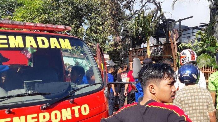 Tiga Mobil Damkar Diturunkan Padamkan Api di Jalan Karya Jeneponto